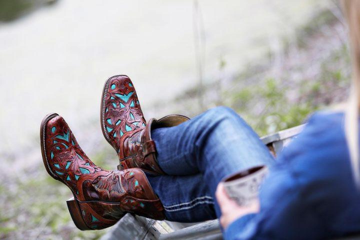 ライブに厚底靴を履いていくのはマナー違反になるのか?