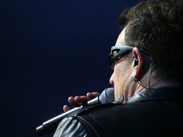 ライブ中に歌手が付けてるイヤホンってどんな意味があるの?